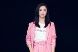 初夏时节姚晨示范樱花粉 简约短裤秀长腿优雅十足