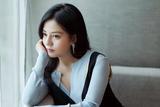 赵薇亮相导演协会年度表彰红毯  黑色长裙展示干练美