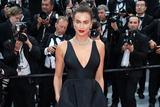 伊莲娜-沙伊克助阵《审判日》戛纳首映 深V吊带裙身材傲人