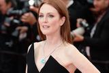 朱莉安-摩尔助阵《审判日》戛纳首映 不对称抹胸裙优雅性感