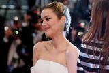 玛丽昂-歌迪亚助阵《三张面孔》戛纳首映 白色裤装简约时髦