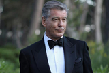 皮尔斯-布鲁斯南亮相戛纳 黑色晚礼服变回007热吻爱妻