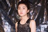 张子枫现身时尚活动 一袭印花黑裙小秀优雅