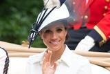 梅根王妃出席皇家赛马会 英伦风礼帽尽显贵族气质