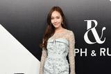 郑秀妍抹胸裙造型现身高定派对 立体印花修饰尽显华丽