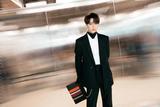 林彦俊亮相纽约时装周Longchamp秀场 简约黑白化身时髦型男