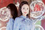 李若宁助阵米兰时装周 蓝色格纹裙演绎复古小公主范儿