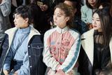 火箭少女紫宁助阵巴黎时装周 中式优雅混搭潮味街头