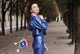 林允亮相巴黎时装周chanel秀场蓝色套装干净利落