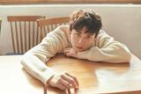吴磊18岁写真 化身冬日暖阳里的咖啡系少年