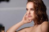 娜塔丽・波特曼出镜Dior最新美妆大片性感美艳