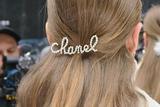 Chanel挑起珍珠发饰热潮 赵丽颖教你它不止出现在秀场!