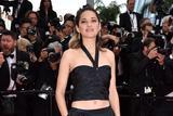 奥斯卡影后玛丽昂・歌迪亚穿酷黑礼服现身红毯