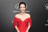 国际章再现经典红裙造型 心形领设计大秀香肩锁骨
