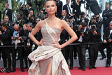 Natasha Poly亮相戛纳红毯 不规则礼服展现女王风范