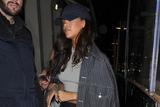 蕾哈娜亮相街头 尖头拼色鞋配棒球帽玩混搭