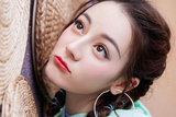 橘色眼影配蓝绿色眼线 迪丽热巴妆容挑战清凉极限