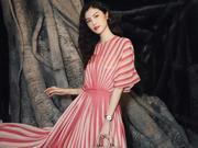 何穗亮相Dior高订秀 粉嫩条纹裙尽显浪漫文艺