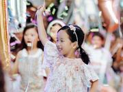 黄觉麦子5岁女儿小枣巴黎走秀 头戴发箍萌翻T台
