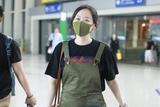 张靓颖减龄穿搭现身机场 背带裤粉红兔少女心满满