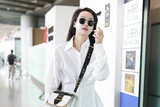 宋茜化身酷girl现身机场 戴黑色墨镜表情超A