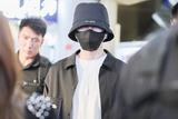 蔡徐坤全黑造型现身机场  打造最swag街头风