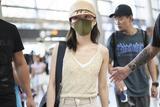 张韶涵清爽装扮现身机场 穿吊带衫大秀A4腰