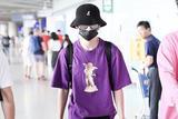 """王琳凯机场""""三件套""""齐上阵  今日份紫色系酷盖男孩"""