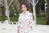 郑秀妍助阵纽约时装周 碎花白裙显优雅气质