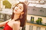 吴宣仪助阵巴黎时装周 小红裙俏皮可爱