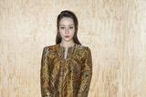 迪丽热巴现身巴黎时装周 金色廓形裙显雍容