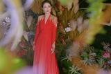 佟丽娅一袭红色渐变紫色长裙亮相央视春晚 雍容华贵