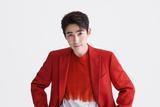朱一龙亮相央视春晚 红白扎染卫衣搭配红西服个性十足