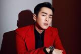 张若昀身穿红色西装亮相央视春晚 尽显型男魅力