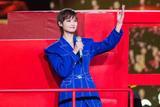 李宇春一身宝石蓝套装献唱央视春晚 帅气干练