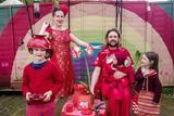 婚纱设计师闲下来后 给全家人打造多彩套装穿搭
