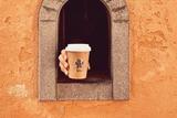 意大利中世纪酒窗因新冠疫情恢复使用