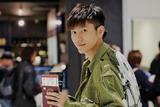 王嘉机场遇粉丝超有礼貌 Swag私服潮翻天