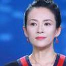 章子怡扎減齡丸子頭短裙露美腿 從影20年笑容依舊甜