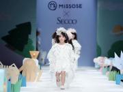 黄小蕾携爱女惊喜亮相中国国际时装周 闪宝三度登T台俏皮可爱