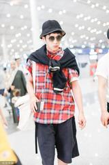 井柏然一身文艺范现身机场 红色格纹衬衣十分抢镜