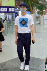 马天宇紫色鸭舌帽低调现身机场 白色印花T恤化身邻家少年