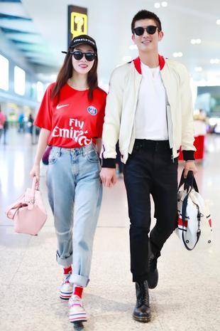 霍思燕杜江机场秀恩爱 情侣装就该这样穿