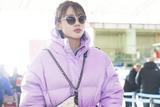 冬天的正确打开方式 马思纯机场look紫色羽绒服惹眼