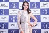 张梓琳穿羽毛裙亮相 优雅女神气场足