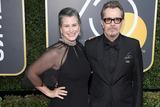 加里-奥德曼携爱妻出席第75届金球奖颁奖典礼红毯