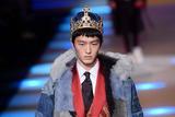 超模金大川为Dolce & Gabbana走秀 宫廷风西装抢镜