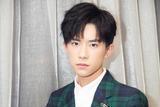 易烊千玺亮相2017微博之夜红毯 格纹西装帅气
