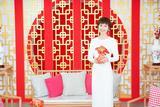 袁泉一身简约白裙亮相北京卫视春晚