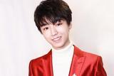 王俊凯亮相春晚舞台 热烈红色修身西装温暖满分